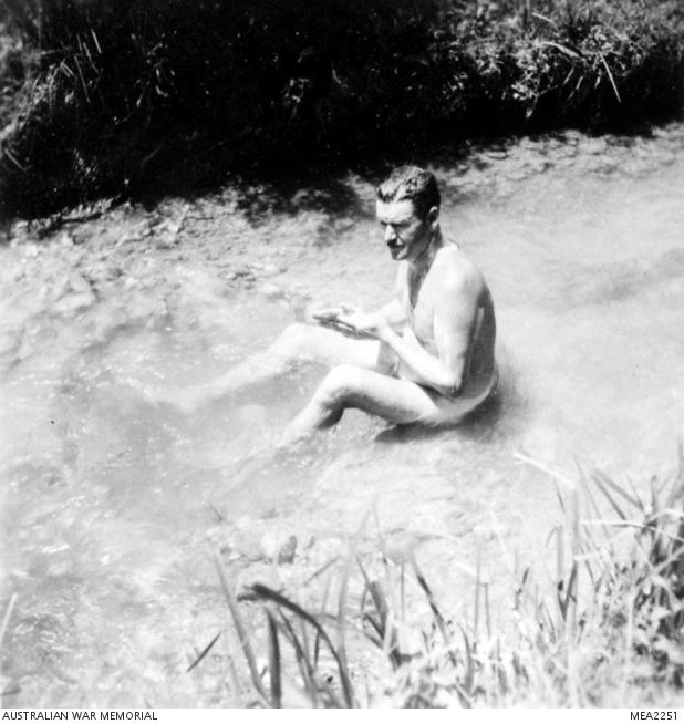 1945, l'aviere JL Gilmore fa il bagno in uno dei numerosi canali di irrigazione a Milano Marittima. Il canale attraversa il campo del 450° Squadron RAAF.