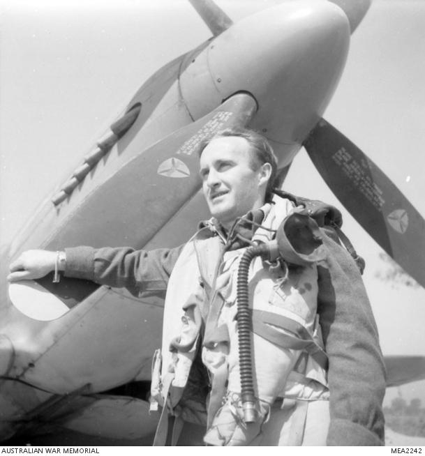 1945, ritratto dell'ufficiale di volo Burton, un pilota del 3° Squadron RAAF. Questa squadriglia ha dato un valido supporto all'Ottava Armata.