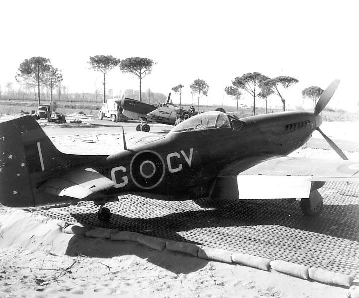 North American P-51D Mustang del 3° Squadron RAAF staziona a Milano Marittima nel maggio del 1945. Notare anche i Curtiss Kittyhawk sullo sfondo. Probabilmente quella striscia di terra che si vede dietro agli aerei è il canale della cupa che confina con Lido di Savio.