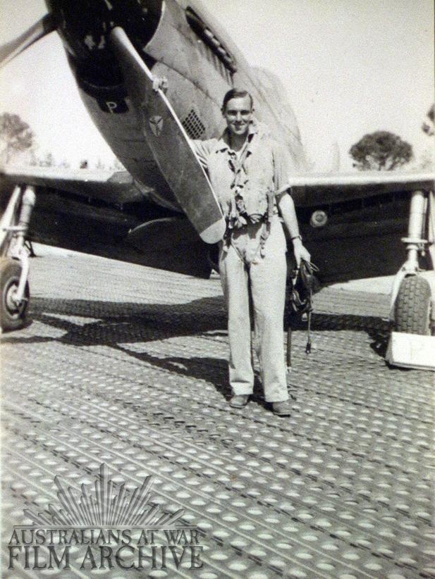 Il sergente John (Jock) McAuley posa davanti al suo Mustang sulla pista dell'aeroporto.