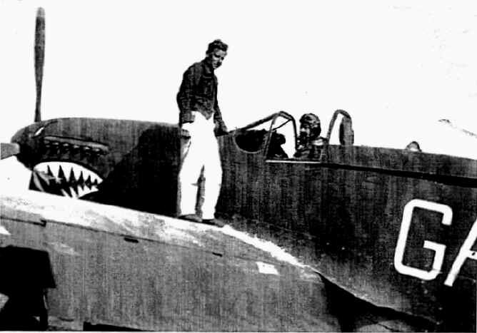 "Marzo 1945, cpl Robert ""Jock"" Sinclair, sull'ala dell'aereo Mustang Mk IV, pilotato da David Musther."